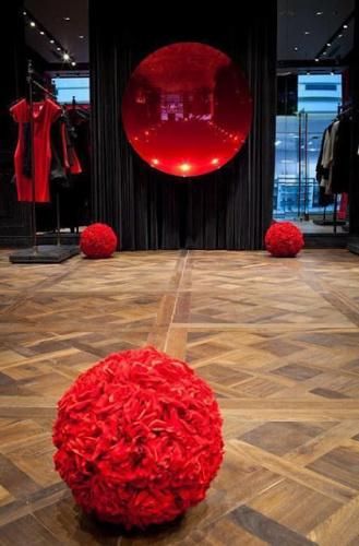 7bb978397 W Galerii Mokotów znajduje się też multibrandowy sklep Peek & Cloppenburg,  a w nim takie marki jak Boss (Green, Orange, Selection), Armani Jeans,  Versace, ...